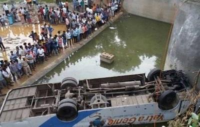 В Индии автобус рухнул в реку: 10 погибших