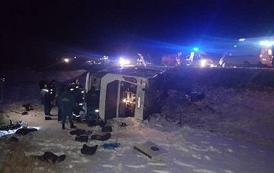 В России автобус слетел с дороги и перевернулся, есть жертвы