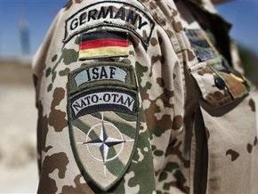 Немецкий военный протаранил на машине толпу сослуживцев