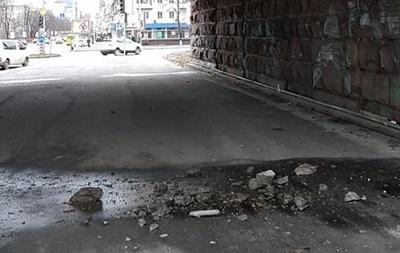 З Повітрофлотського моста в Києві відвалюється бетон - соцмережі