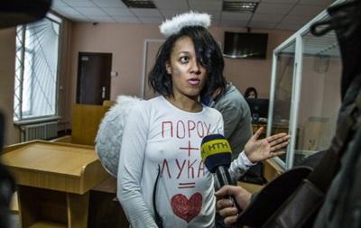 Активістка Femen прийшла на суд у костюмі Купідона