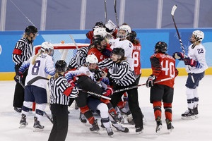 Хоккей на Олмпиаде: американки и канадки устроили массовую потасовку