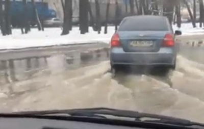 ВГолосеевском районе вода сорвала асфальт— граждане  перебираются вплавь