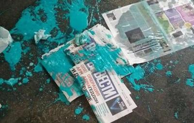У Києві облили фарбою дівчину, котра роздавала газету Вести