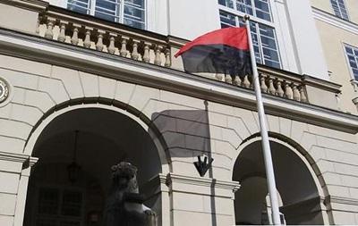 Перед львовской Ратушей впервые вывесили флаг УПА