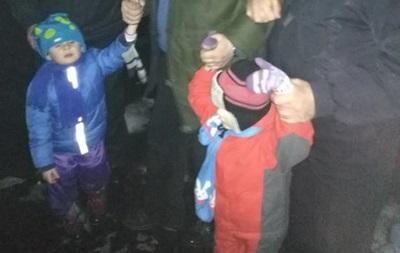 Под Киевом отец гулял по кромке крыши с двумя детьми