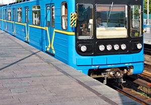 Упавший на рельсы в киевском метро мужчина погиб
