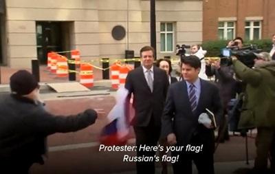 У Манафорта біля суду кинули прапор Росії
