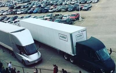 Електровантажівки від Tesla вирушили в перший рейс