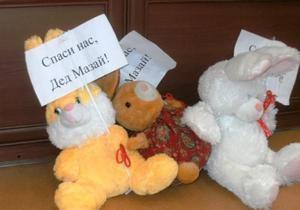 Спаси нас, Дед Мазай: страдающие от наводнения луганчане подарили мэру игрушечных зайцев