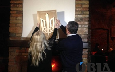 Мати поляка, якого СБУ видворила за спалений герб, купила новий