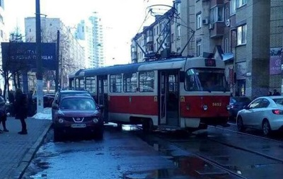 У Києві трамвай зійшов із рейок і врізався в авто