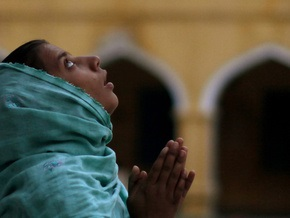 В пакистанской мечети взорвалась бомба: погибли 40 человек