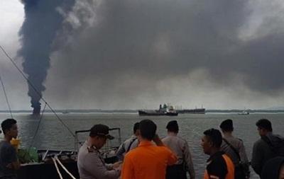 В Индонезии из-за разлитого топлива горит море
