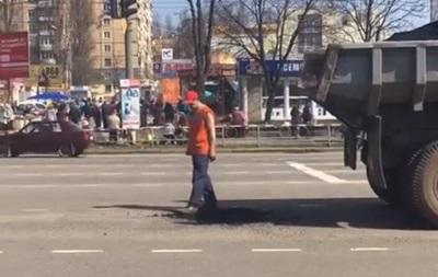 В Кривом Роге ремонтники асфальт трамбуют ногами