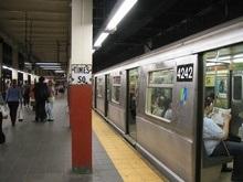 В метро Нью-Йорка поезд сошел с рельсов