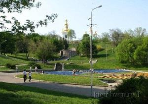 В центре Киева обнаружили мертвого мужчину, висящего на дереве