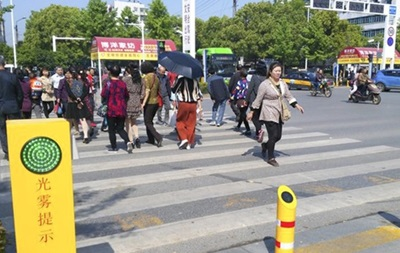 У Китаї пішоходів-порушників обливатимуть водою