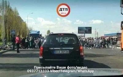 Протестующие перекрыли дорогу в пригороде Киева