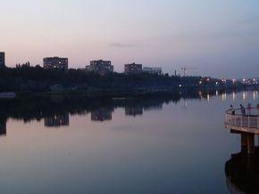 В Донецке джип слетел в реку