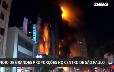 В Бразилии обвалился пылающий небоскреб