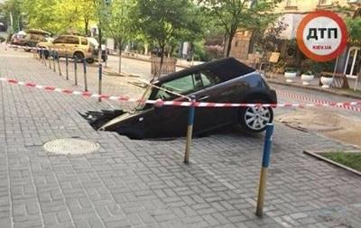 В Киеве авто провалилось под землю