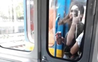 В Киеве экстремалки шокировали пассажиров метро
