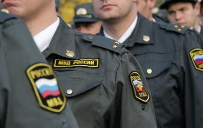 В РФ пьяные офицеры полиции устроили дуэль и попали в прохожего