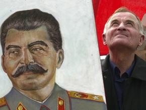Опрос: В России падает популярность Ленина и Сталина