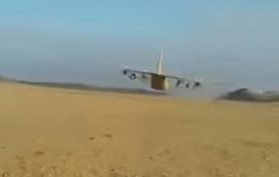 Американский самолет пролетел в метре над военными