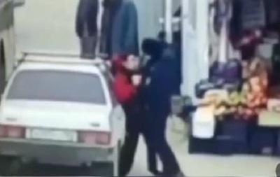 В РФ полицейский избил подростка за то, что тот недостаточно быстро уступил