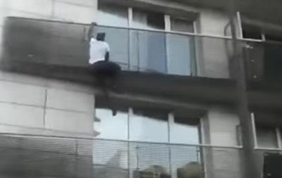 В Париже мигрант спас ребенка от падения