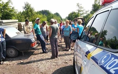 На Львівщині перекрили дорогу до сміттєзвалища