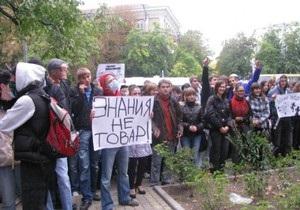Кабмин незачет: Крымские студенты провели марш против платных услуг в вузах