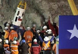 В Чили спасатели подняли на поверхность первого из 33 заблокированных горняков