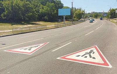 У Дніпрі на дорозі роблять незвичайні дорожні розмітки