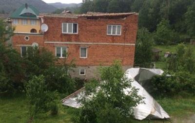 На Закарпатті буревій зніс дахи будинків