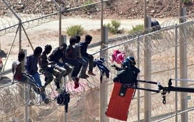 Испания демонтирует колючую проволоку на границе с Марокко