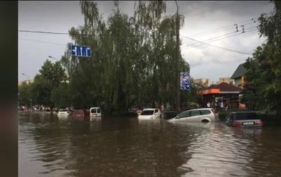На Луцьк ринула злива з градом