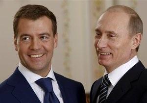 Накануне приезда Медведева власти Омска убрали Путина с плаката Единой России