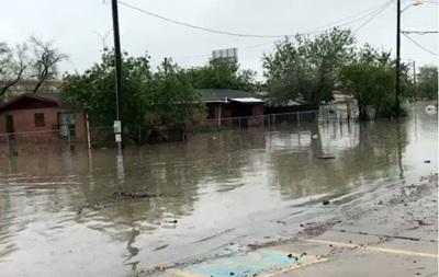 Юг США атаковала непогода: затоплены дороги, дома