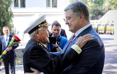 Порошенко наградил орденом столетнего ветерана Второй мировой