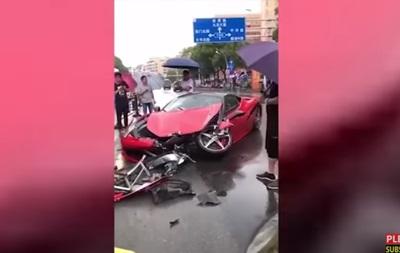 Китаянка за пару минут разбила прокатный Ferrari