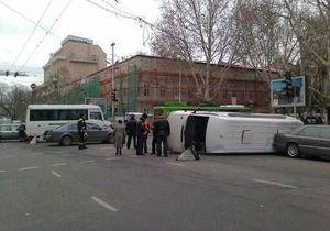 В центре Одессы столкнулись две маршрутки, одна перевернулась