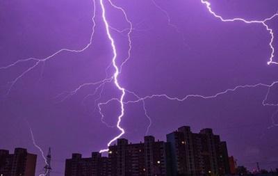 З явилися фото ефектної блискавки в небі Києва