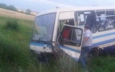 На Львівщині Opel врізався в автобус: є жертви і постраждалі