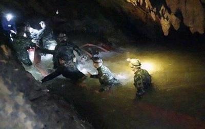 З печери в Таїланді врятували чотирьох дітей