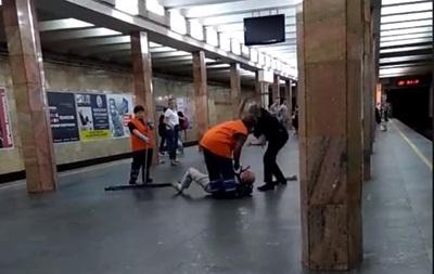 В столичном метро полицейский избил мужчину