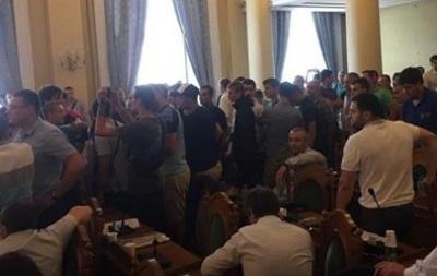 У Львові активісти увірвалися в будівлю міськради і заблокували сесію