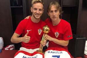 Модрич и Ракитич обменялись особыми памятными футболками